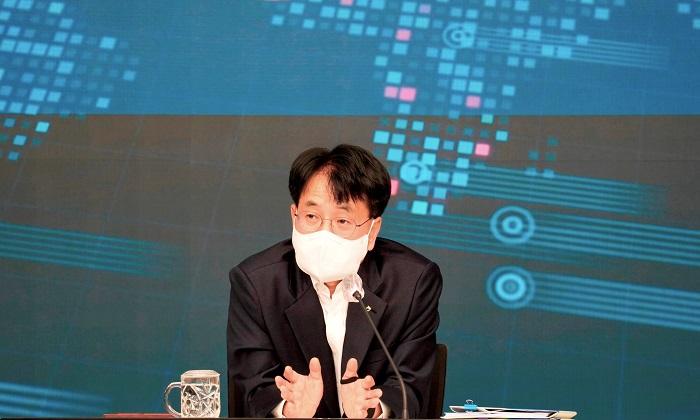 지난 9일 서울 중구 소재 NH농협금융지주 본사 화상회의실에서 열린 '농협금융 DT추진최고협의회'에서 손병환 농협금융 회장이 회의를 주재하고 있다.
